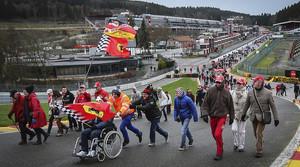 Nombrosos fans de Schumacher recorren el circuit de Spa per mostrar el seu suport a l'expilot.