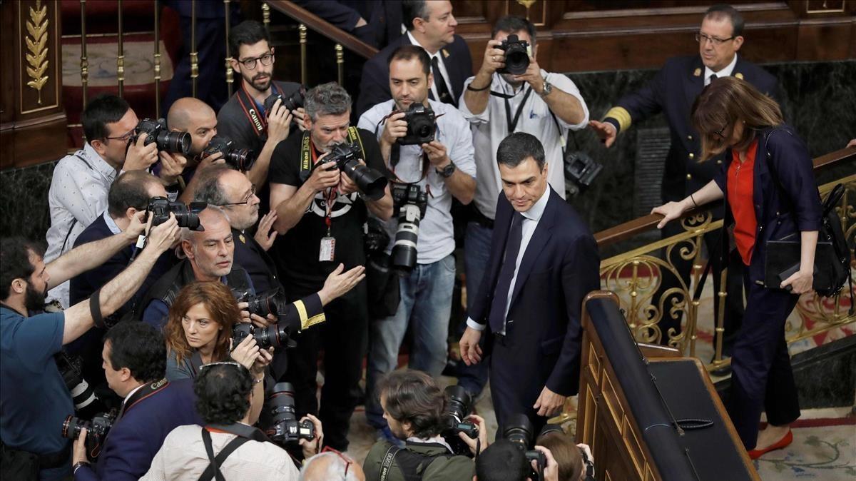 El nuevo presidente del Gobierno posando para los fotógrafos en el hemiciclo.