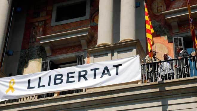 El nuevo presidente de la Diputació de Lleida preside la colocación de un lazo amarillo.