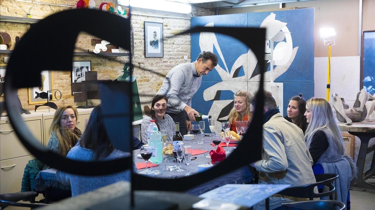 Pablo Bruera ejerce de anfitrión en su taller de escultura del Poblenou.