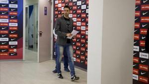 Paco Sedano llegando a su última rueda de prensa con el Barcelona