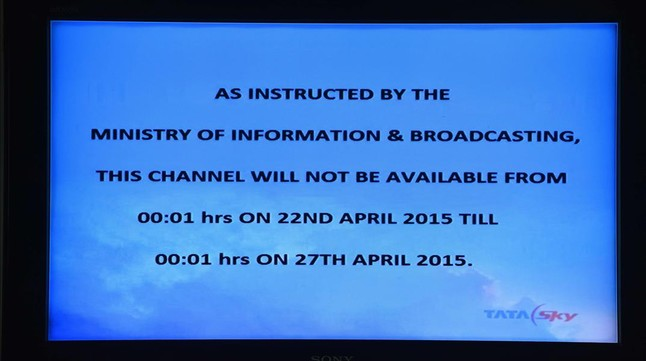 Pantalla de televisión con el texto sobre el corte de las emisiones de Al Jazira, en Nueva Deli.