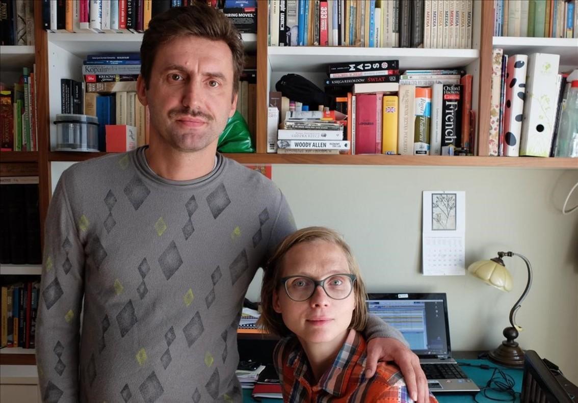 La pareja de periodistas Kamil Dabrowa y Urszula Prussak en su casa de Varsovia.