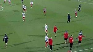 Jugadores y técnicos del Olympiacos y Bayern, concentrados en el centro del campo para esquivar a los violentos hinchas griegos.