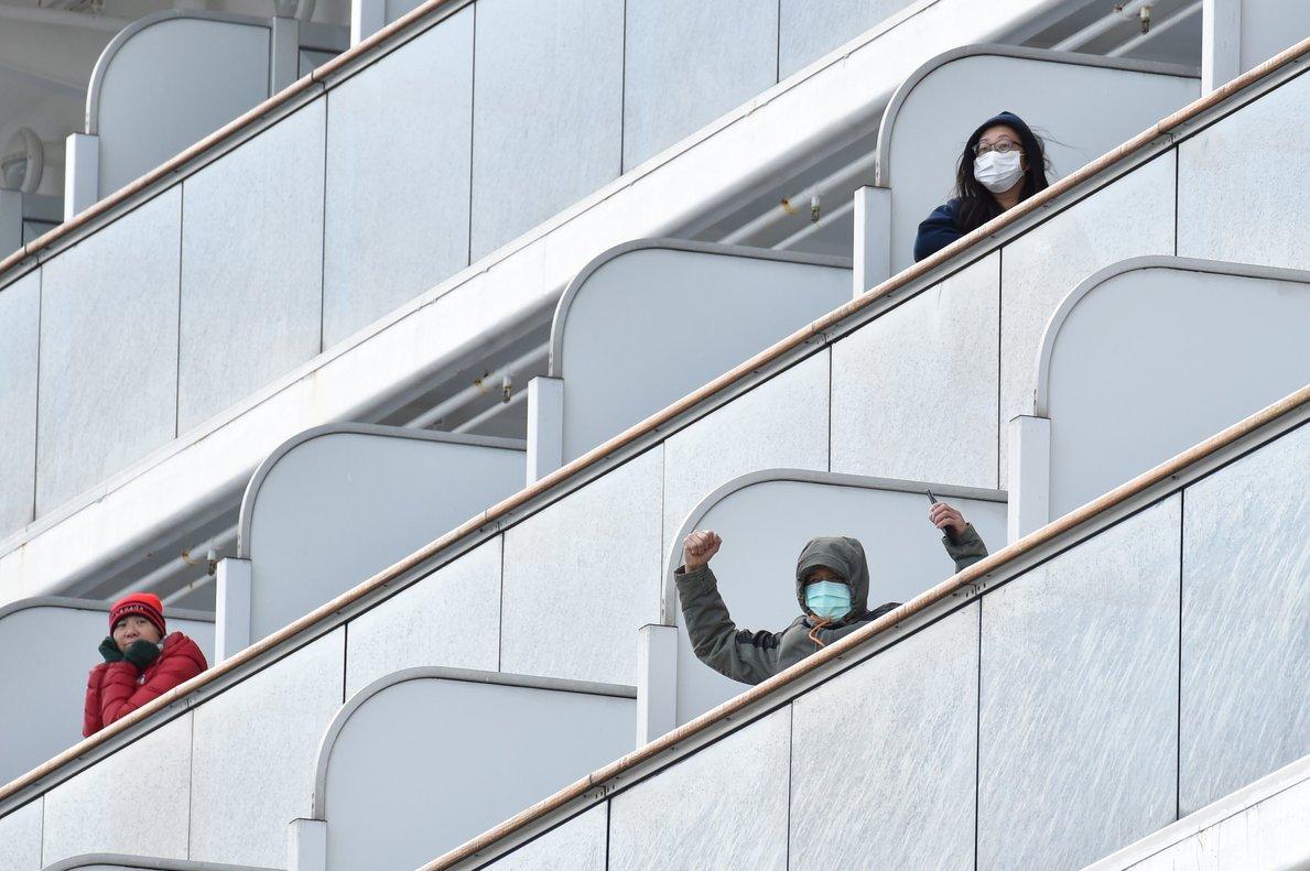 Pasajeros en cuarentena a bordo del 'Diamond Princess, el pasado 6 de febrero en Yokohama.