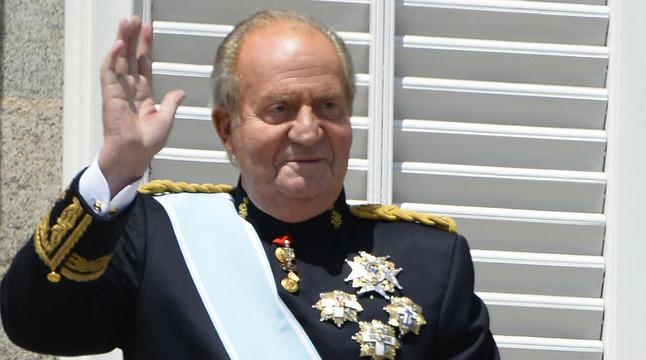 El rei Joan Carles I saluda des del balcó del Palau Reial després de la proclamació del seu fill com a Felip VI.