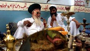 Unos hombres palestinos fuman de una cachimba en una imagen de archivo.