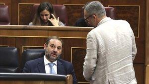 El ministro Ávalos intenta convencer al diputado de ERC, Joan Maragall Sastre, de que su grupo no vote a favor de la tramitación del decreto de las VTCcomo proyecto de ley.