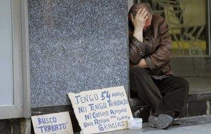 Un hombre pide dinero en la calle.