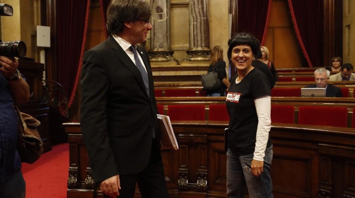 El president Carles Puigdemont y la diputada de la CUP Anna Gabriel, en el Parlament.