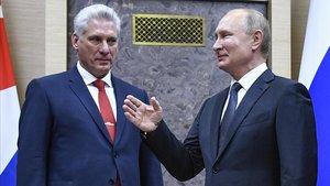 El presidente cubano, Miguel Díaz-Canel, y el ruso, Vladímir Putin, durante su encuentro este martes en Moscú.