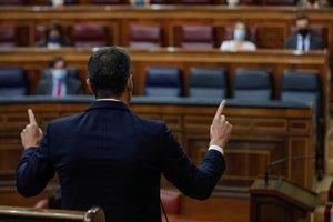 El presidente del Gobierno, Pedro Sánchez, se dirige al líder del PP, Pablo Casado durante la sesión de control al Gobierno de este 18 de noviembre.