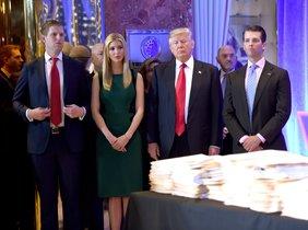El presidente de Estados Unidos, Donald Trump, con sus hijos Eric, Ivanka y Donald Jr. llegaa una conferencia en la torre Trump en Nueva York