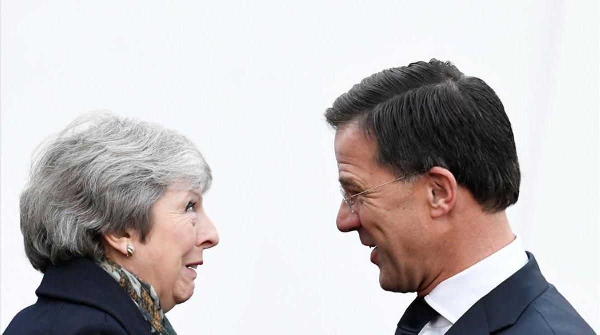 La primera ministra británica, Theresa May, con su homólogo holandés Mark Rutte.