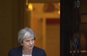 La primera ministra británica, Thetresa May, en el acceso de su residencia, en el 10 de Downing Street.