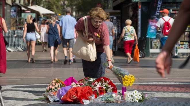 Primeras ofrendas florales en la Rambla, en la víspera del aniversario de los atentados del 17A.