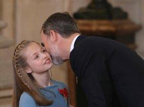 Felipe VI besa la princesa Leonor despuésde imponer a la princesa de Asturias el Collar del Toisónde Oro la máxima distinciónque concede la Familia Real, que tuvo lugar en el Palacio Real el pasado mes de enero.