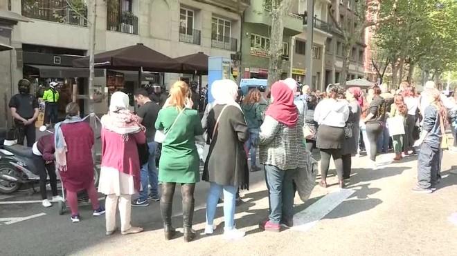 Los Mossos han procedido hoy a ejecutar una orden judicial de desahucio de una familia con dos menores en la avenida del Paral·lel.
