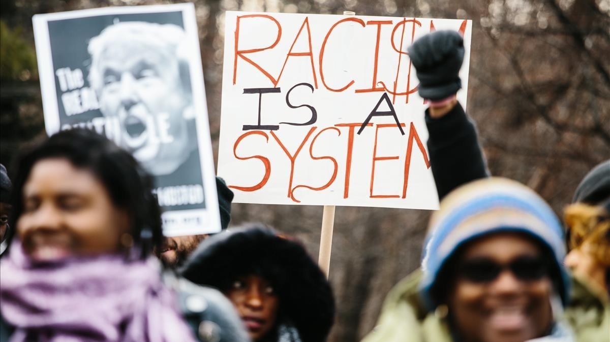 Numerosas personas de la comunidad haitiana participan en una protesta contra el racismo y Trump en Nueva York este viernes.