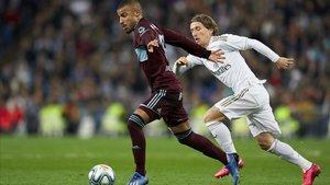 Rafinha se escapa de Modric en el Madrid-Celta del Bernabéu.