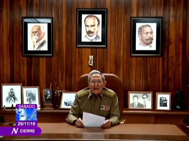 Raúl Castro anuncia la muerte de su hermano Fidel Castro en televisión.