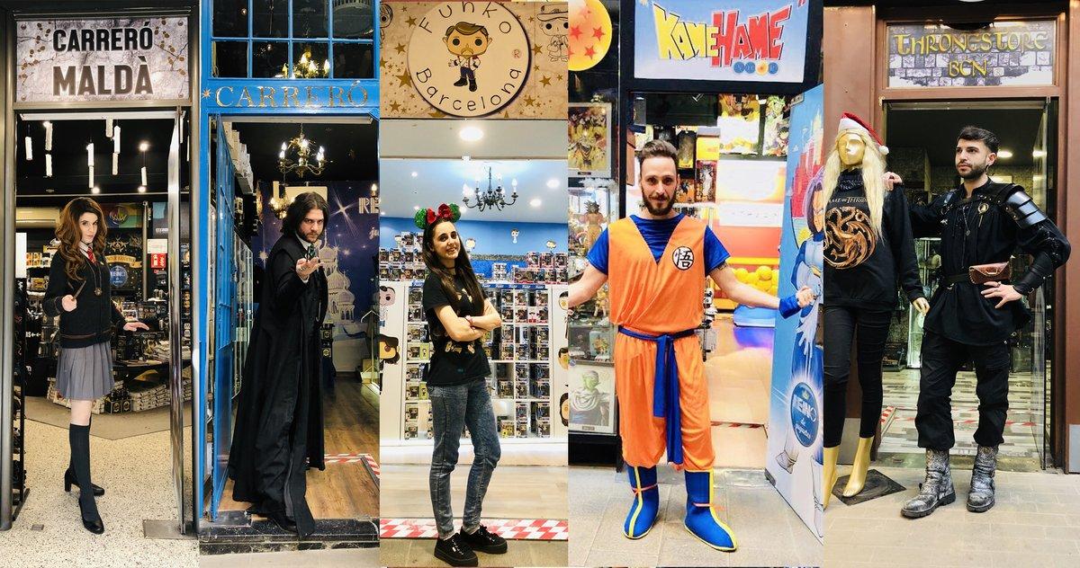Los dependientes van vestidos como los personajes y son auténticos fans.