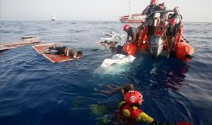 Rescate de la oenegé Proactiva Open Arms a 85 millas de la costa de Libia.