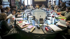 Junta de Portavoces del Parlament, con las 'cuperas' Eulàlia Reguant y Anna Gabriel las primeras por la izquierda.