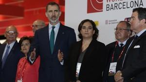 El Rey junto a la alcaldesa Ada Colau y la vicepresidenta Soraya Sáenz de Santamaría, en la inauguración del Mobile World Congress