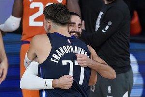 Ricky Rubio y Luka Doncic se abrazan después del partido entre los Suns y los Mavs