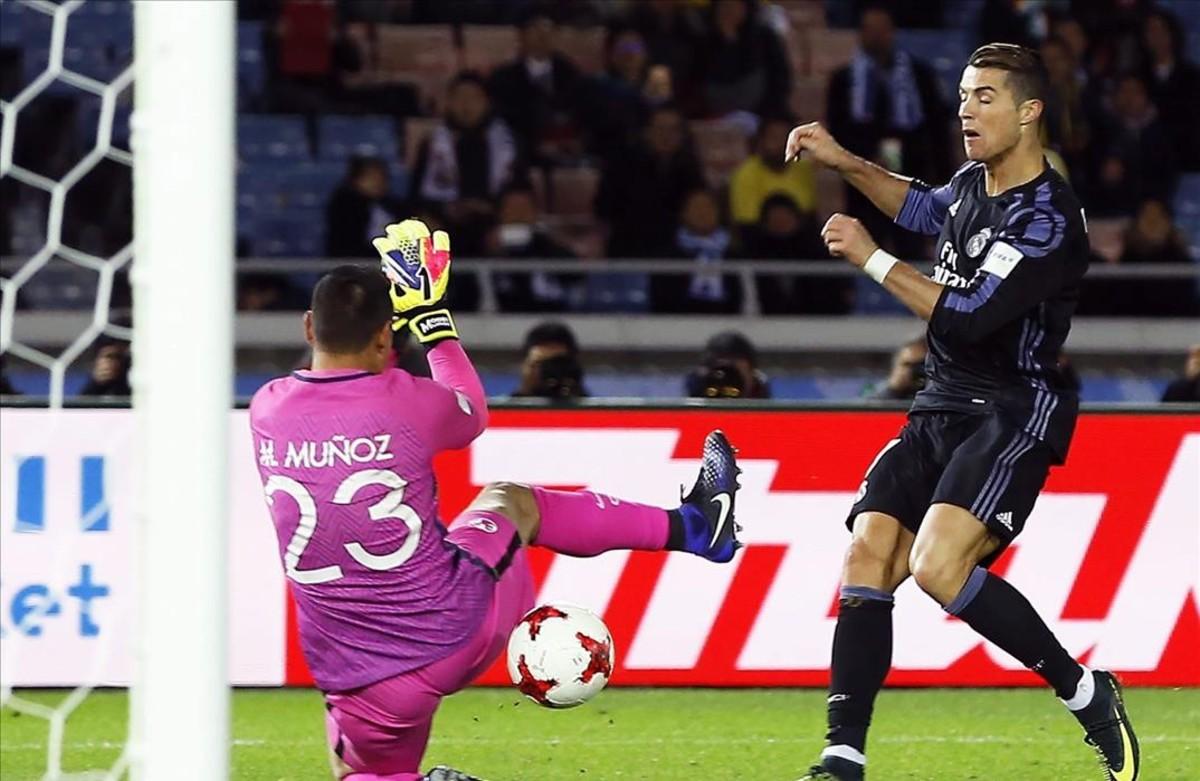 Ronaldo marca el segundo gol en la semifinal contra el América.