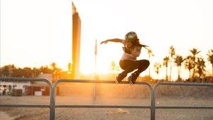 Mery Muñoz, estrella de roller freestyle,hace un truco sobre una barandilla en Barcelona.