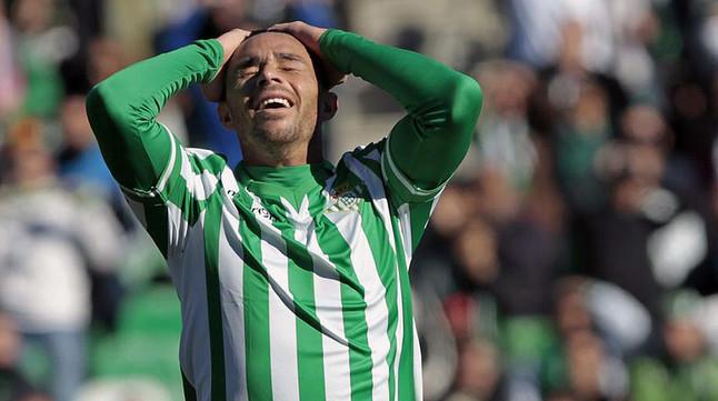 Rubén Castro se lamenta tras fallar una oportunidad, en un partido del Betis en el estadio Benito Villamarín.