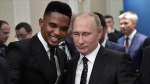 Samuel Eto'o con Vladimir Puitn, el pasado diciembre.