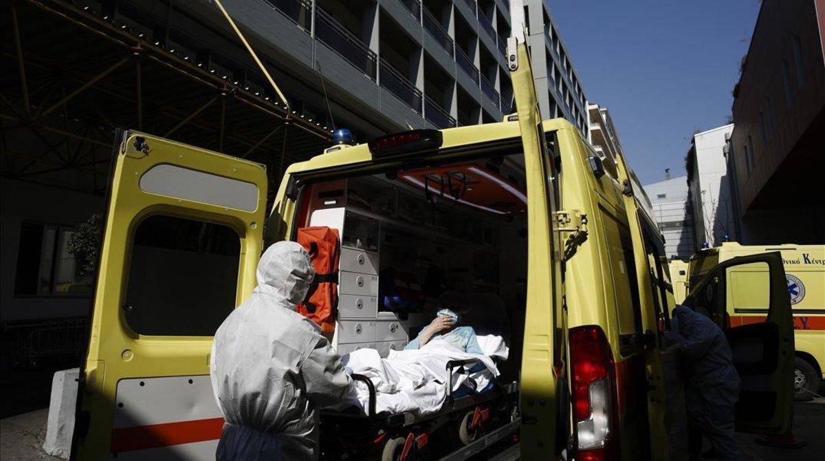 Un sanitario traslada a un enfermo de covid-19 al hospital en Atenas, Grecia.