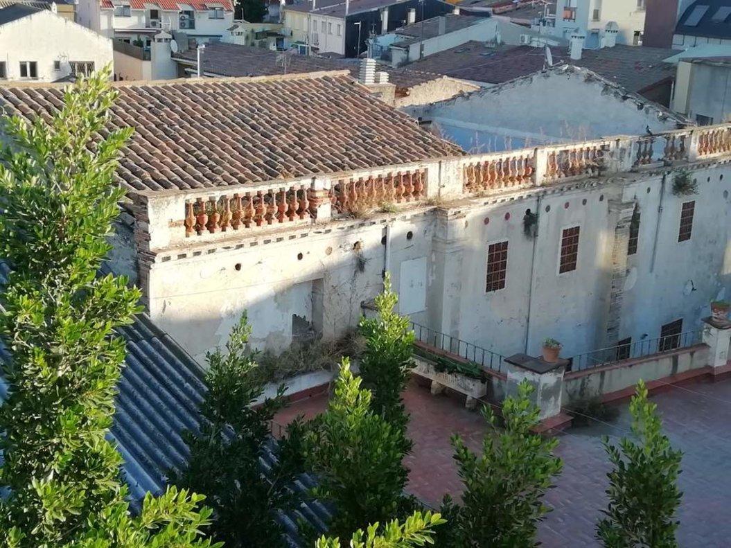 Comencen a Santa Coloma les tasques de demolició d'un edifici en «mal estat» amb 30 anys de desús