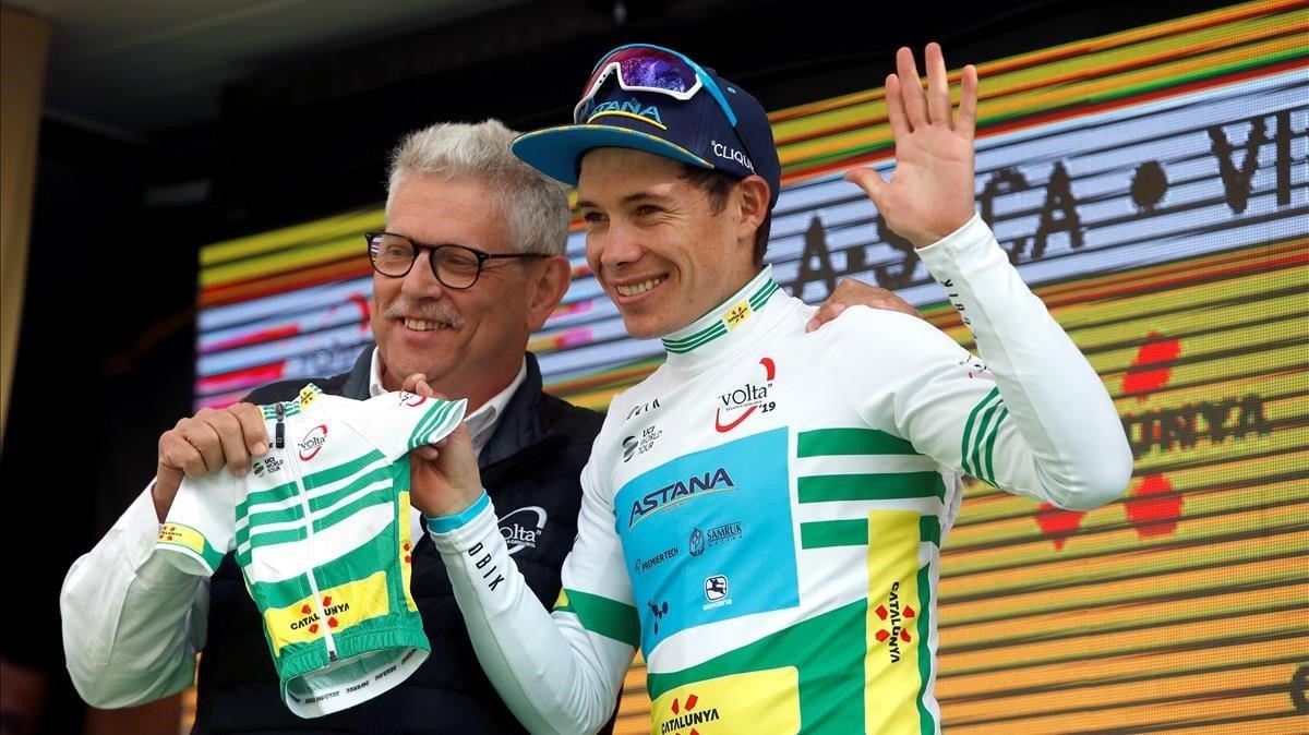 Miguel Ángel López recibe de manos de Rubèn Peris, máximo responsable de la Volta, un maillot hecho a medida de su hijo Miguel Jerónimo, que nace en unos pocos días.