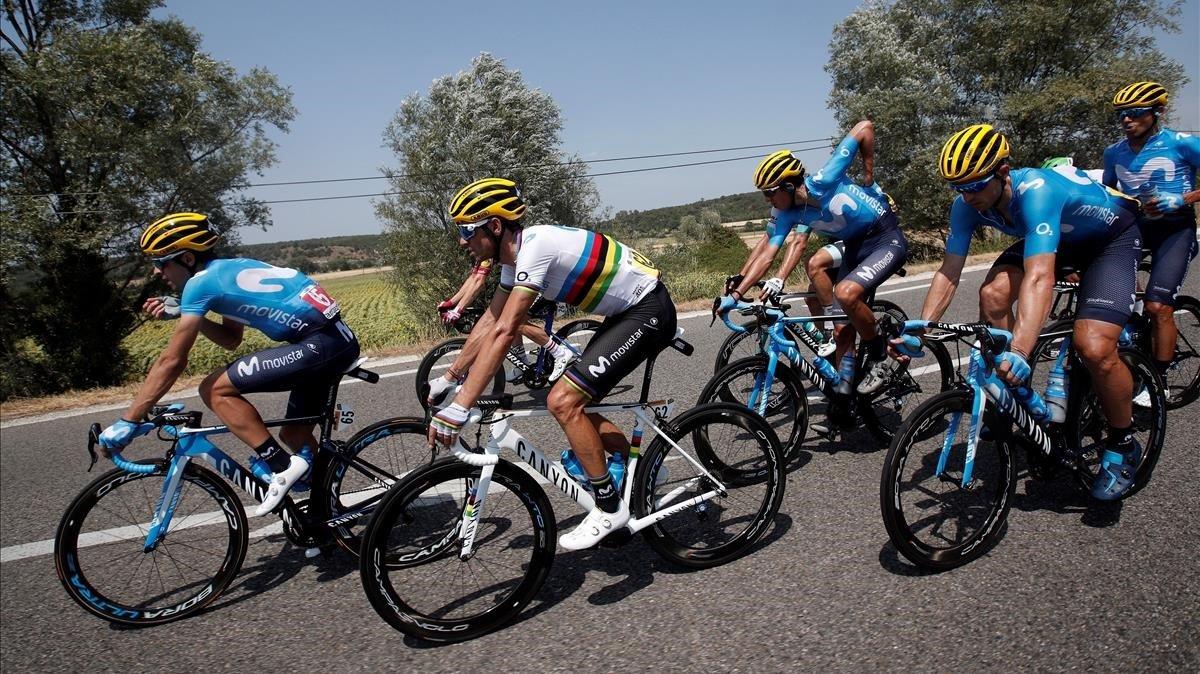 Alejandro Valverde, con el jersey arcoíris, rodeado por sus compañeros del Movistar.