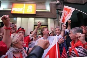 Seguidores de Pedro Sánchez muestran su alegría, ayer en Madrid.