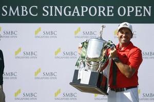 Sergio García levanta el trofeo por su triunfo en Singapur