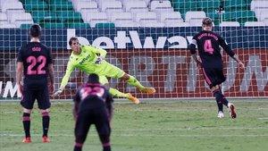 Sergio Ramos marca de penalti el 2-3 definitivo.