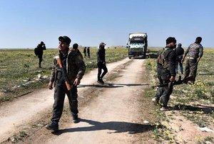 Los combatientes de las Fuerzas Democraticas Siriasvigilan la zona ante atentados terroristas.