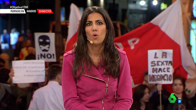 Ana Pastor, en la Puerta del Sol, rodeada de indignados (La Sexta).