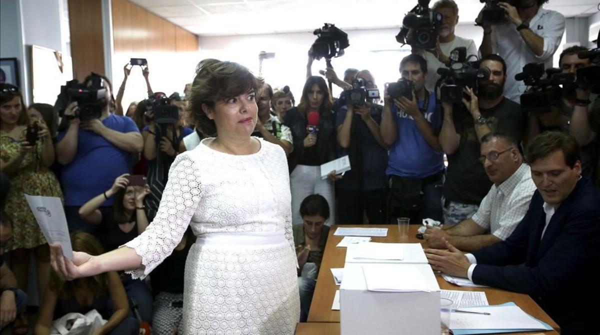 Soraya Sáenz de Santamaría vota en su sede electoral.