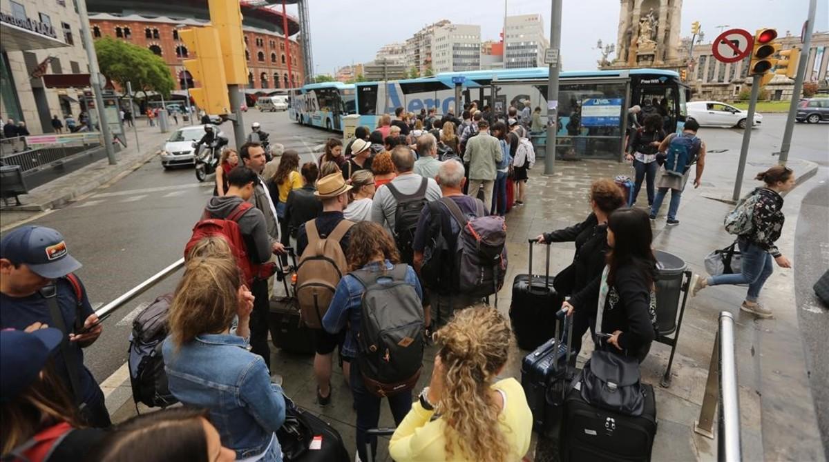 Largas colas en plaza Espanya, para acceder al Aerobús.