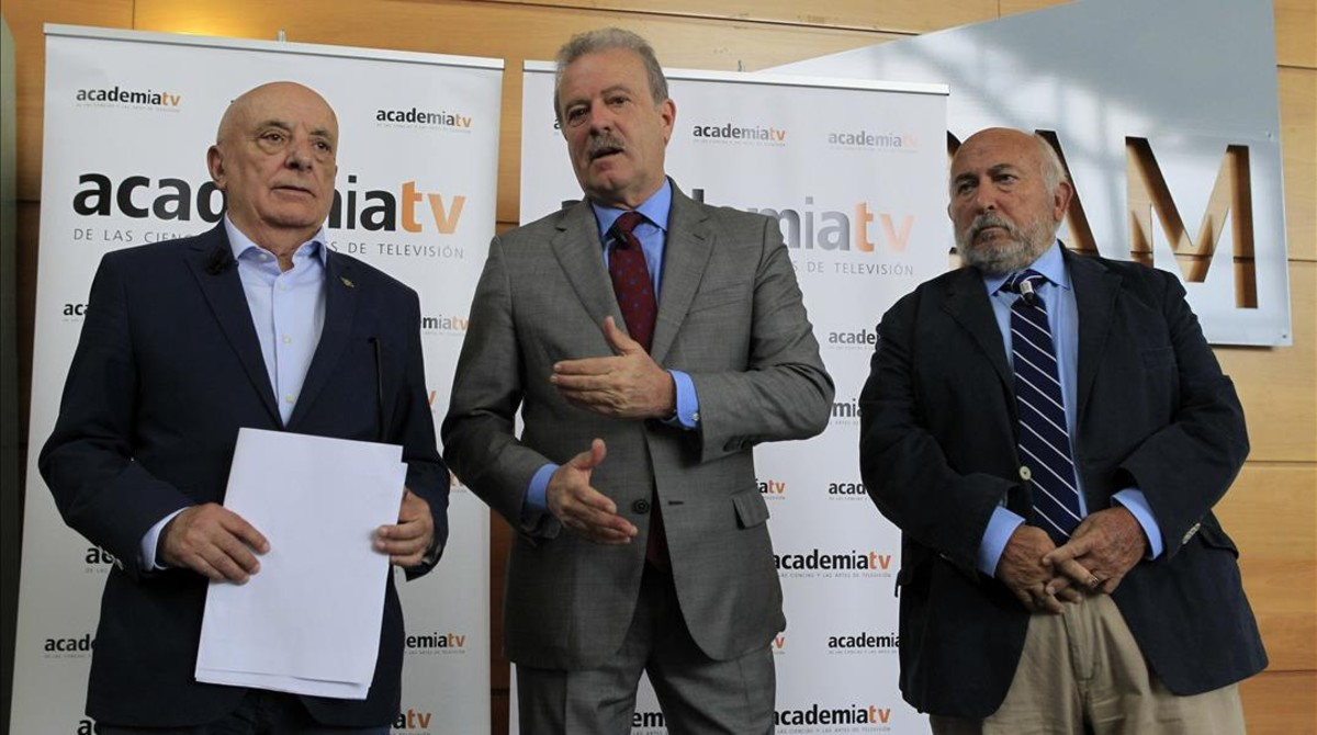 El presidente de la Academia de la Televisión, Manuel Campo Vidal,y el realizador Fernando Navarrete, codirectores del Debate 2016, junto al productor Pepe Carbajo, durante la rueda de prensa que han ofrecido para explicar los detalles del programa.
