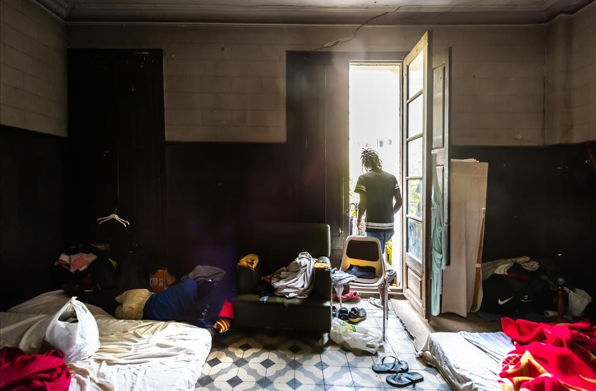 Habitación de un piso en el que viven varios temporeros de Lleida.