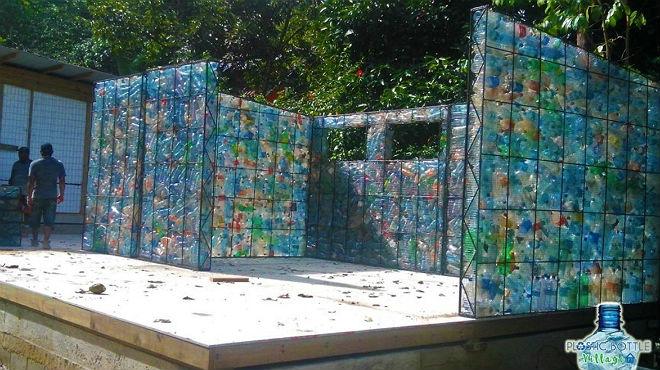 El canadiense Robert Bezeau impulsa en una isla del caribe la construcción de la primera ecoaldea construida con botellas de plástico.