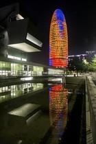 La Torre Glòries, iluminada.