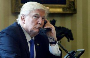 Trump, durante una conversación telefónica desde el Despacho Oval.